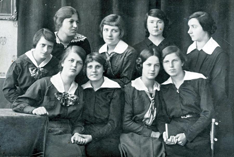 Uczennice gimnazjum p. A.Jastrzębskiej z wychowawczynią – 1907 rok.